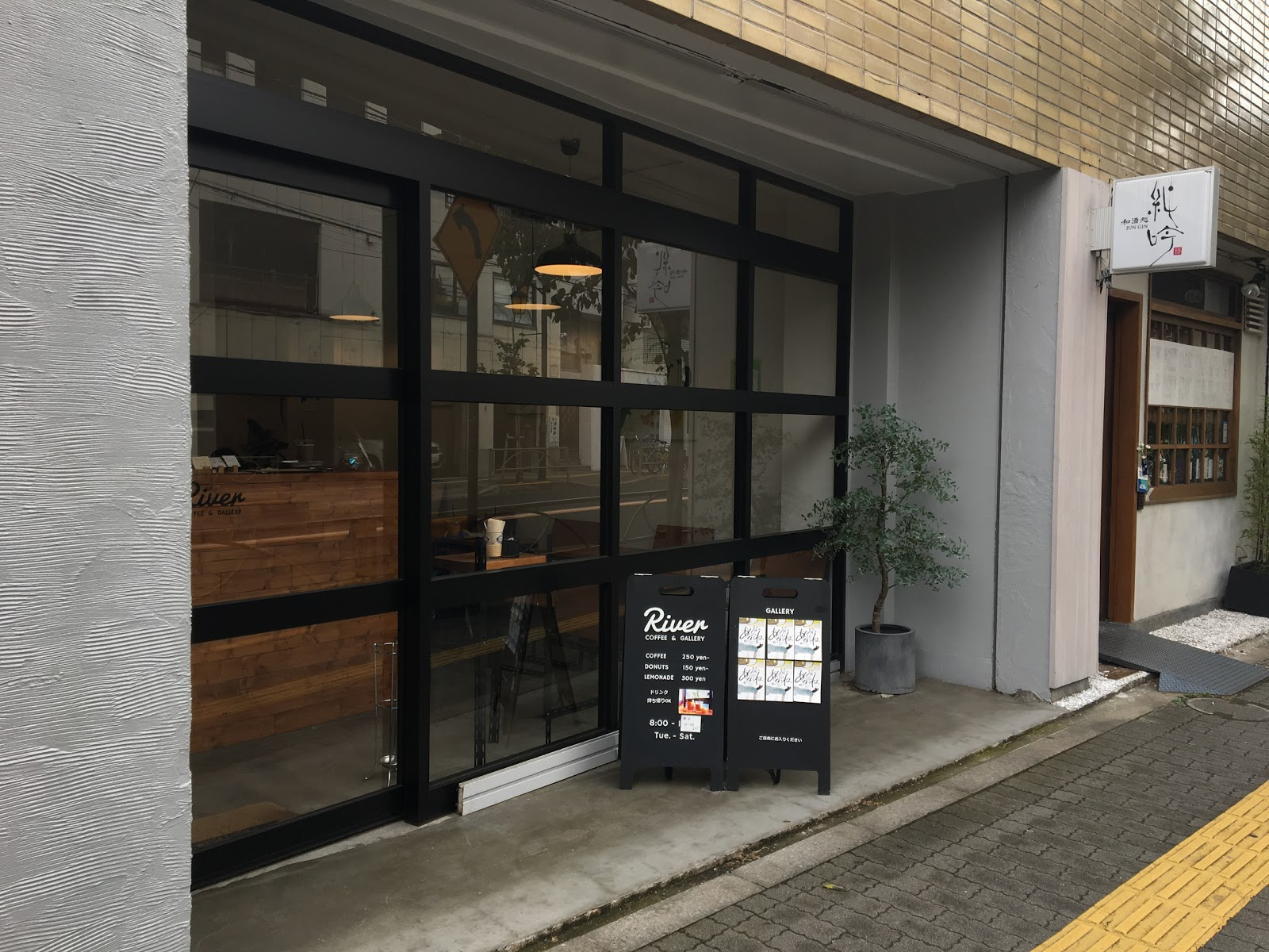 River Coffee & Galleryにて